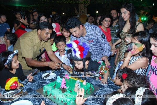 Ruhaan Kumar cuts his Birthday cake