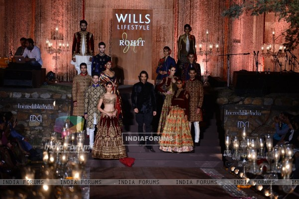 Arjun Rampal walks the ramp for Rohit Bal at the Grand Finale of Wills Lifestyle India Fashion Week