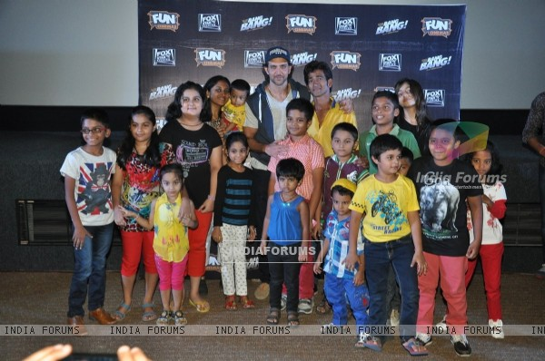 Hrithik Roshan poses with kids at the Special Screening of Bang Bang
