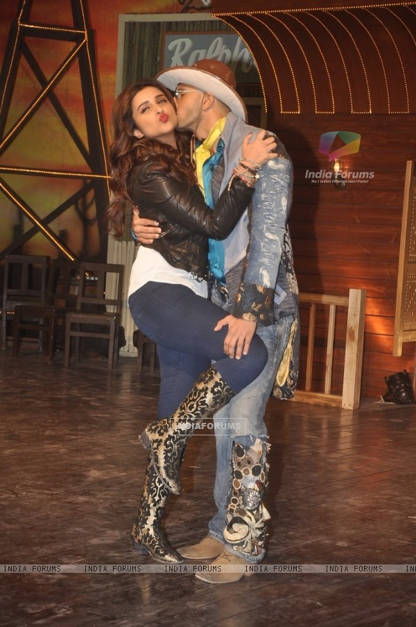 Ranveer Singh snapped kissing Parineeti Chopra at the Song Launch of Kill Dil