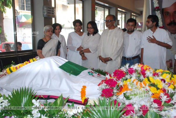 Family and Friends pay their tribute to Sadashiv Amrapurkar at his Prayer Meet