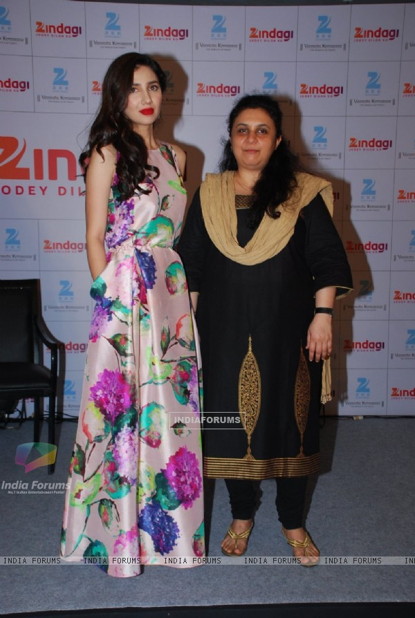 Mahira Khan poses with a guest at Mumbai