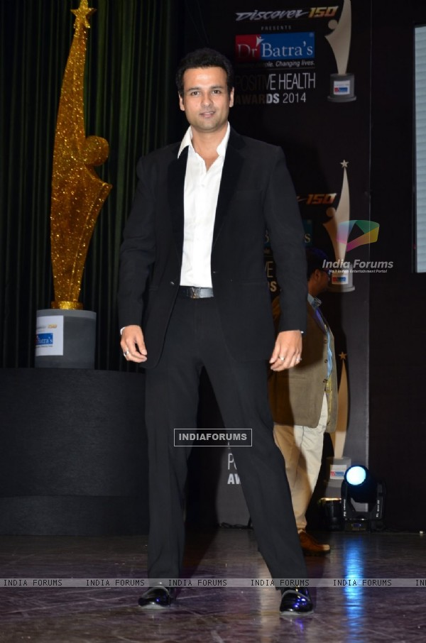 Rohit Roy poses for the media at Positive Health Awards