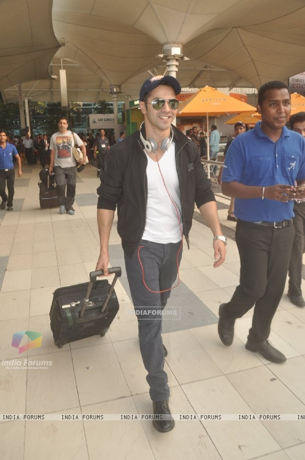 Varun Dhawan was snapped at airport while returning from Arpita Khan's Wedding