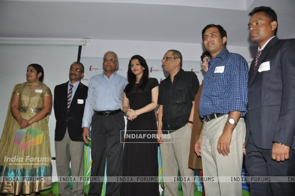 Aishwarya Rai Bachchan poses with the members of Smile Train Organisation