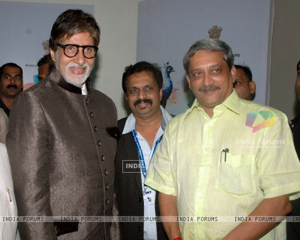 Amitabh Bachchan poses with friends at Goa Film Festival