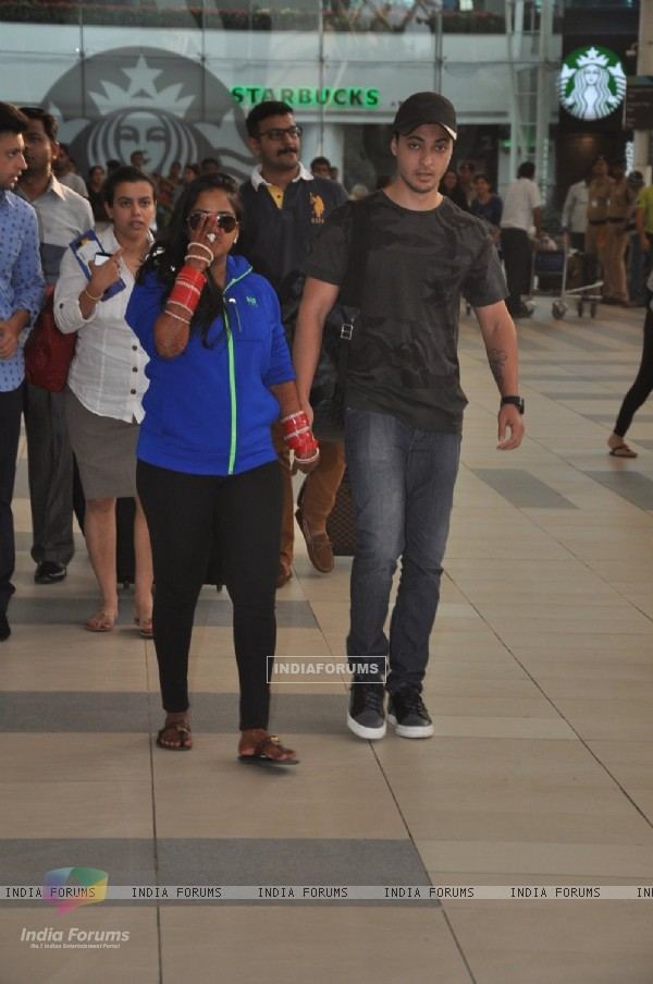 Arpita Khan snapped with husband Aayush Sharma at Airport Post Wedding