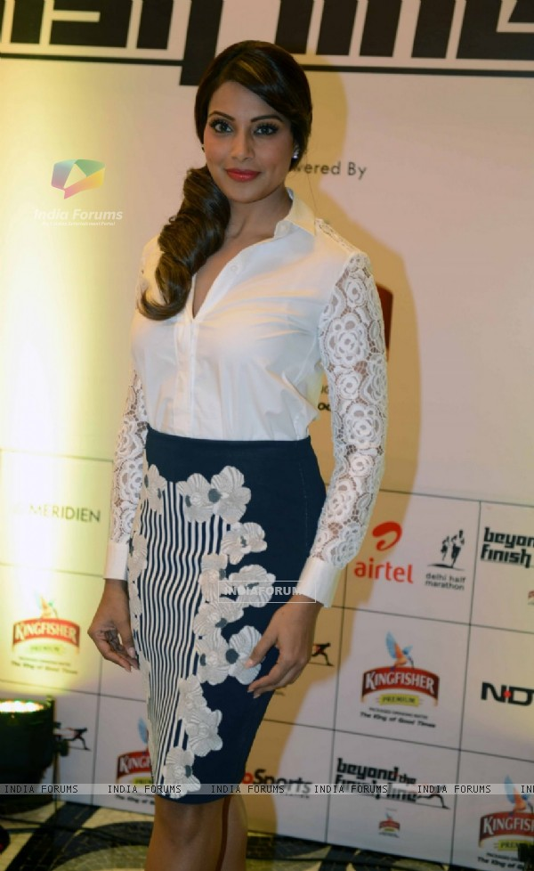 Bipasha Basu poses for the media at Airtel Delhi Marathon