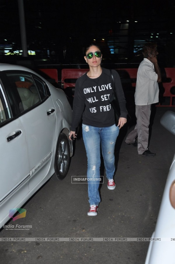 Kareena Kapoor poses for the media at Airport
