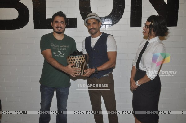 Farhan Akhtar felicitates a guest at the Launch of BBlunt Salon