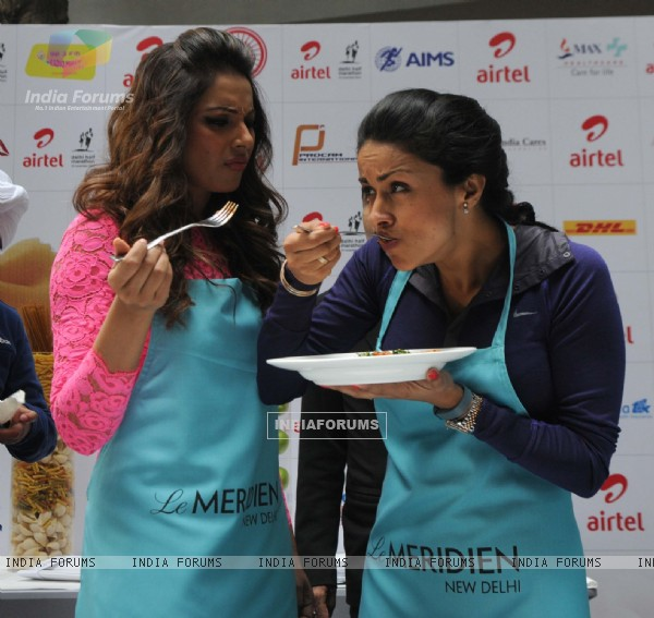 Bipasha Basu & Gul Panag at the Airtel Delhi Marathon Pasta Party
