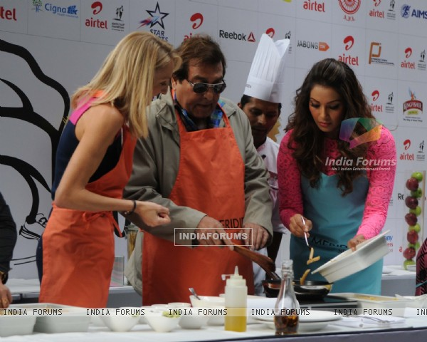 Vinod Khanna and Bipasha Basu try their hand at some pasta at the Airtel Delhi Marathon Pasta Party