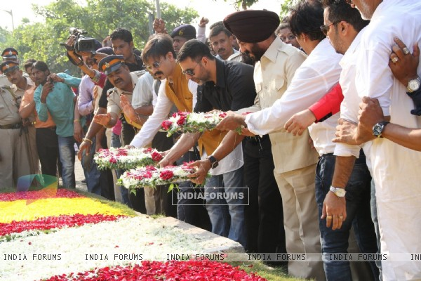 Vivek Oberoi and Akshay Kumar pay respect at 26/11 Honor Event