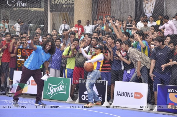 Neetu Chandra clicks a selfie with fans at NBA JAM Powered by Jabong.com Event