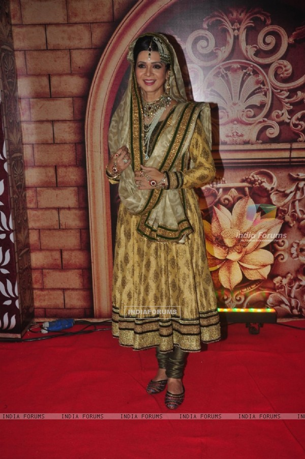 Chhaya Ali Khan poses for the media at Zee Rishtey Awards