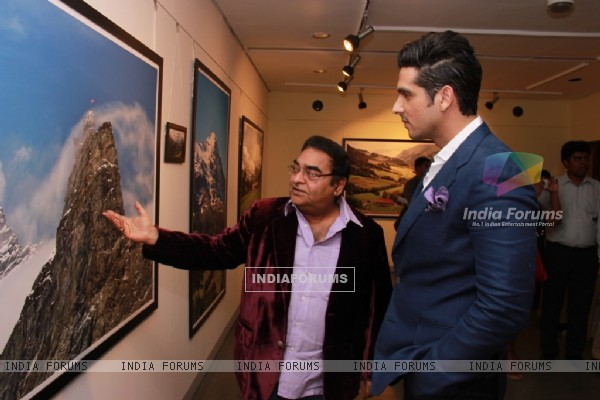 Zayed Khan checks out the designs at Mukesh Batra's Photo Exhibition