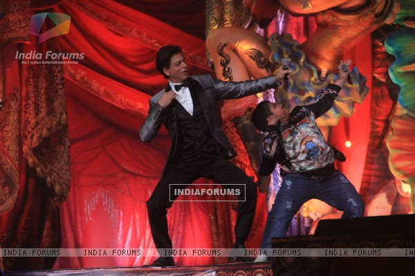 Shahrukh Khan performs with Akshat Singh at the Opening of Got Talent - World Stage Live