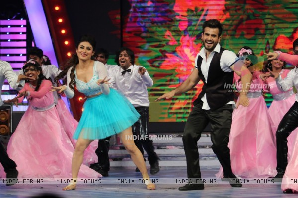 Karan Tacker & Mouni Roy was at Vodafone Music Mirchi Top 20