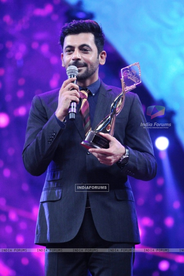 Sunil Grover won an Award at Zee Rishtey Awards 2014