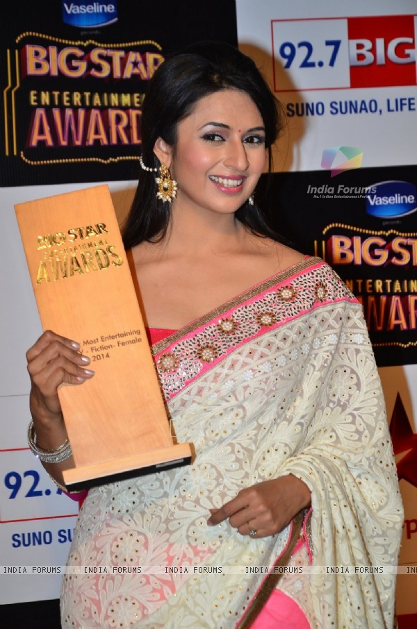 Divyanka Tripathi poses with her Award at Big Star Entertainment Awards 2014