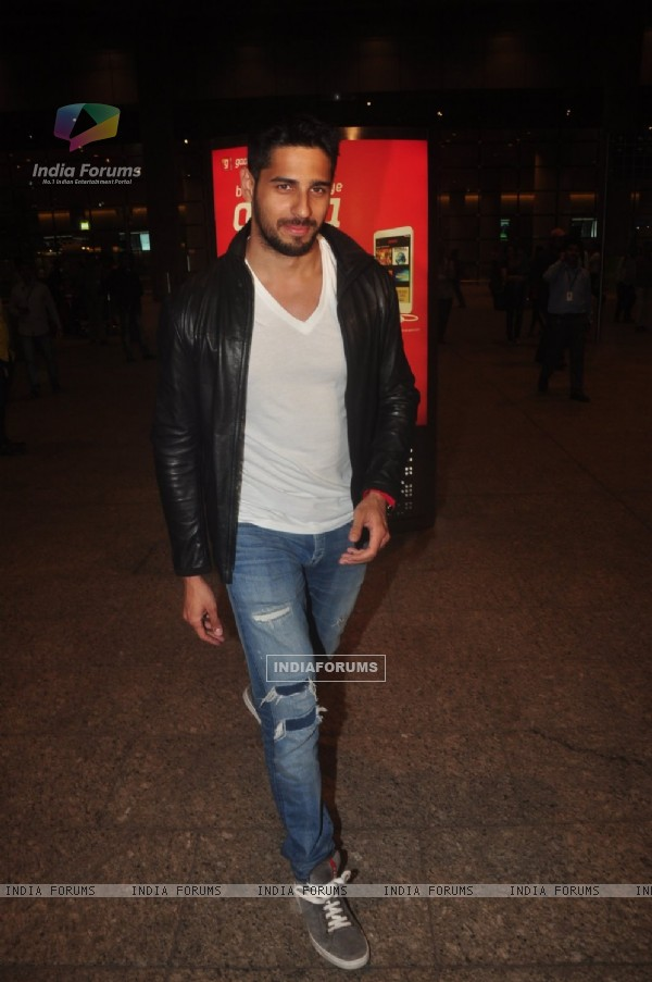 Sidharth Malhotra poses for the media at Airport