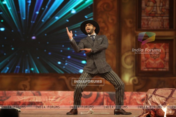 Ranveer Singh Performs at Umang Police Show