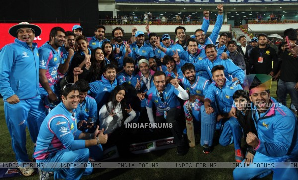 Team poses for the media during Mumbai Heroes Vs Kerala Strikers Match