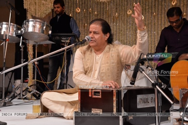 Anup Jalota performs at Saurabh and Nasreen Daftary's Daughter Pooja's Wedding Reception