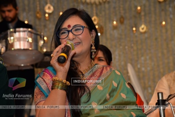 Jaspinder Narula performs at Saurabh and Nasreen Daftary's Daughter Pooja's Wedding Reception