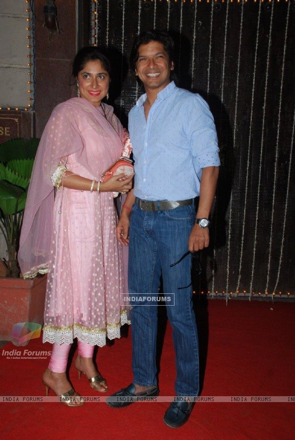 Shaan poses with wife at Bappi Lahiri's Wedding Anniversary