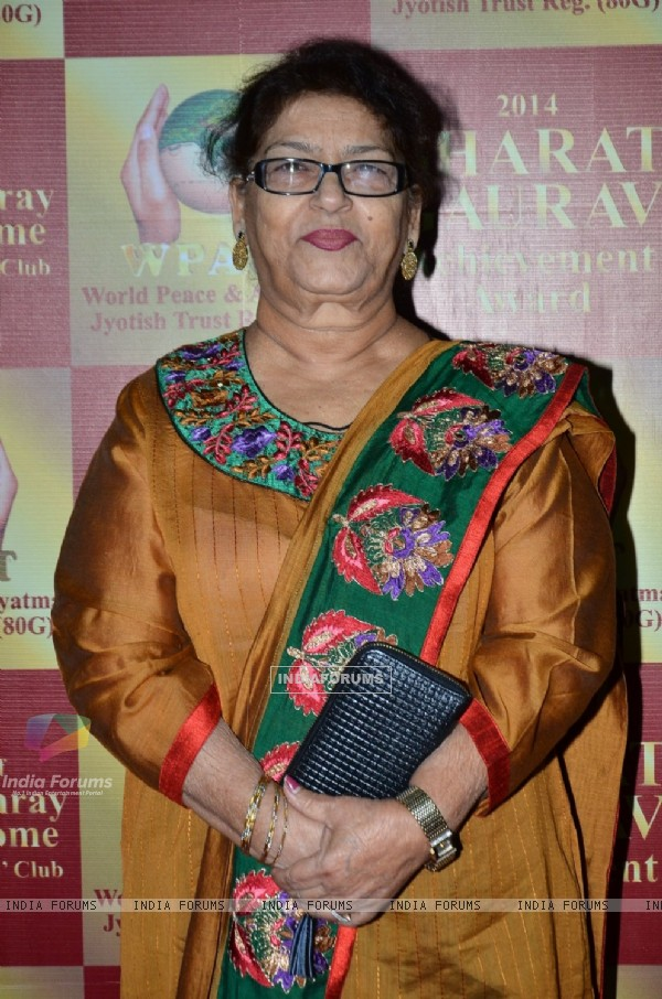 Saroj Khan poses for the media at Bharat Gaurav Achievement Awards