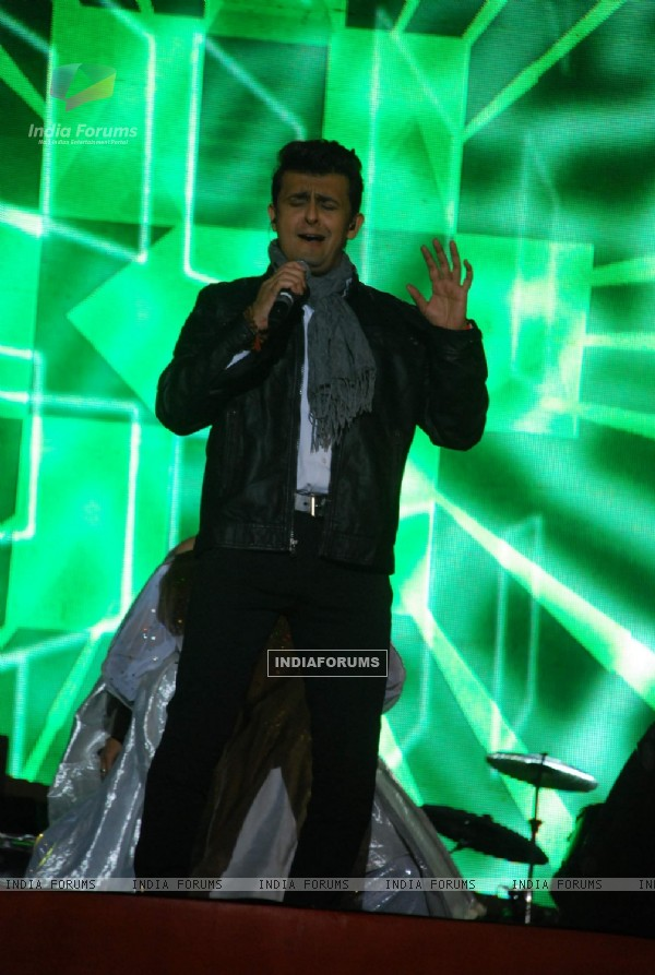 Sonu Niigam performs at his Concert at MMRDA