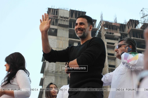 Akshay Kumar waves to the fans at Bramhakumari Sakhi Minithon 2015
