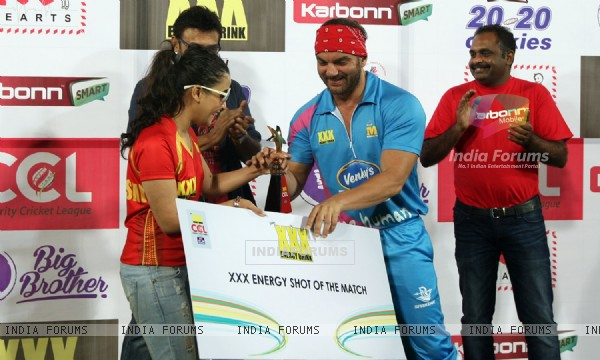 Sohail Khan receives an award at CCL Match Between Mumbai Heroes and Telugu Warriors