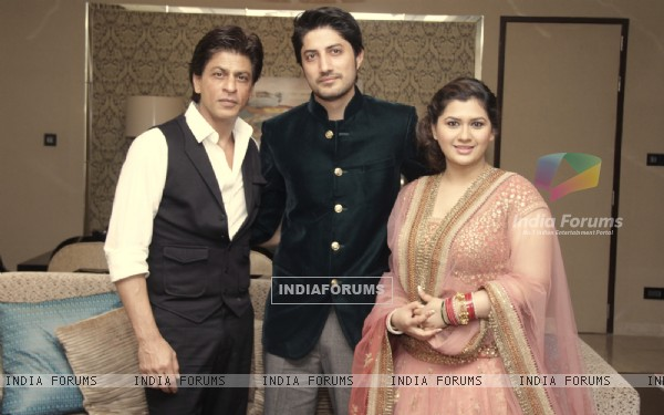 Shah Rukh Khan poses with Newly Weds Manali Jagtap and Vicky Shoor