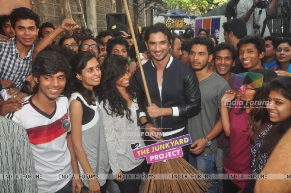 Sushant Singh Rajput poses with fans at MTV Junkyard Clean Up Drive Event