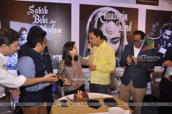 Anupama Chopra feeds a piece of cake to Vidhu Vinod Chopra