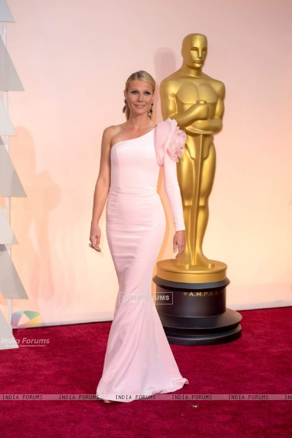 Gwyneth Paltrow poses for the media at the Oscars Red Carpet 2015