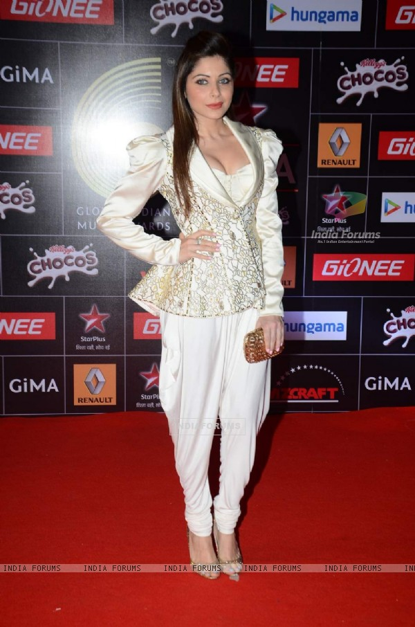Kanika Kapoor poses for the media at GIMA Awards 2015