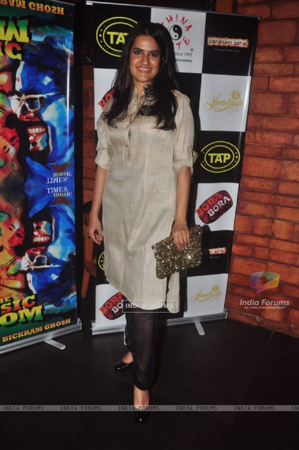 Sona Mohapatra poses for the media at Sonu Nigam and Bickram Ghosh's Album Launch