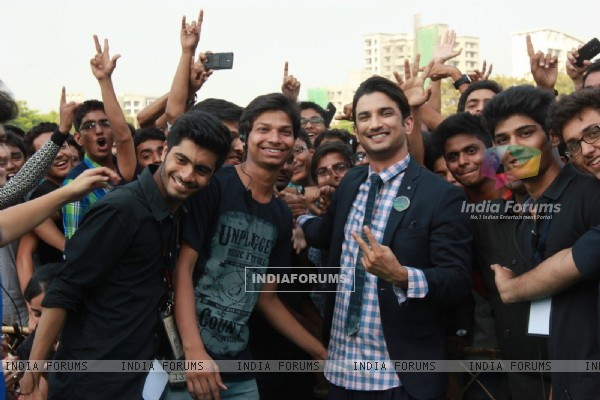 Sushant Singh Rajput poses with fans at the Fashion Show Inspired by Detective Byomkesh Bakshy!