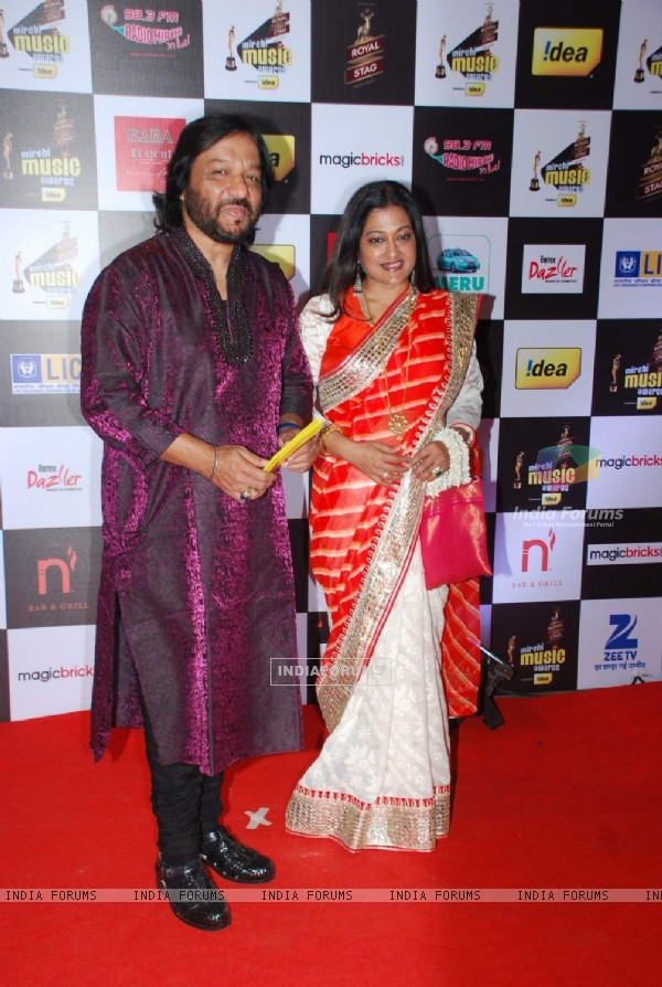 Roop Kumar Rathod and Sunali Rathod pose for the media at Radio Mirchi Awards