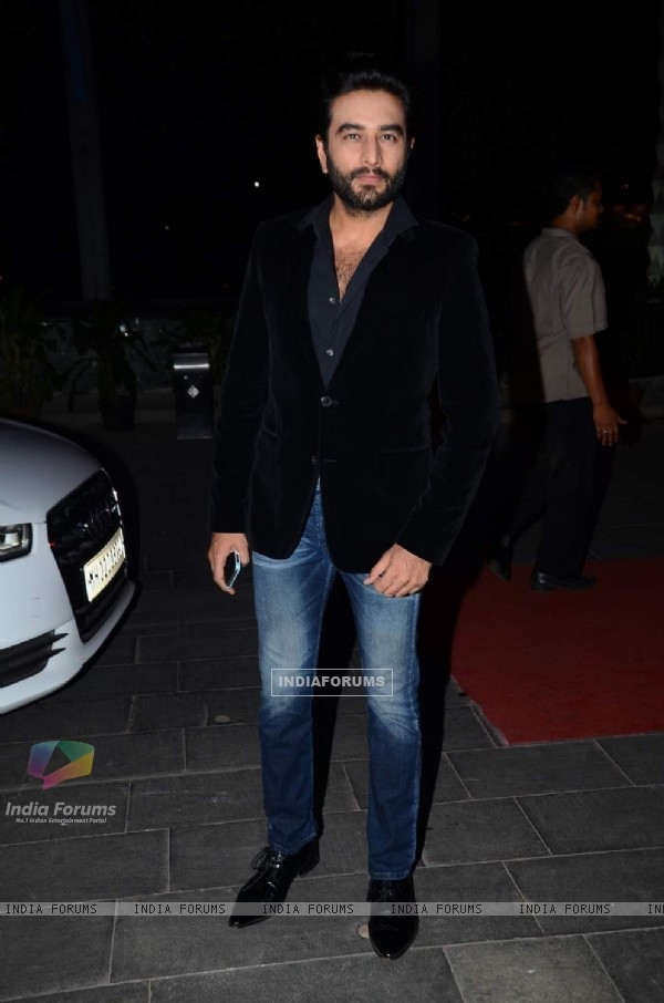 Shekhar Ravjiani poses for the media at Tulsi Kumar's Wedding Reception