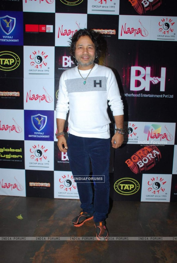 Kailash Kher poses for the media at Ankit Tiwari's Birthday Bash