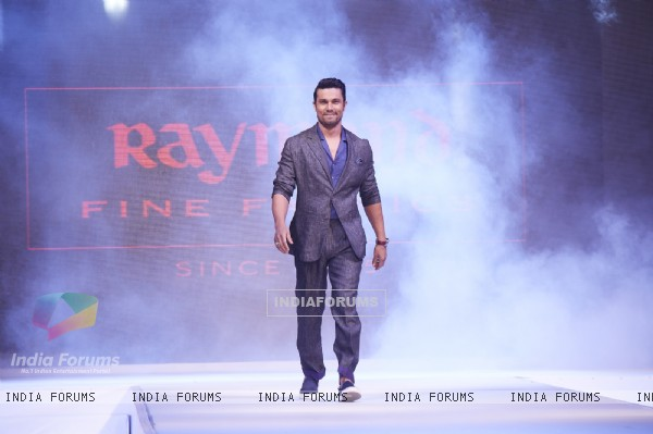 Randeep Hooda walks the ramp at the Launch of Raymond Linen