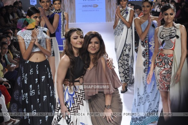 Soha Ali Khan walks for Babita. M at Lakme Fashion Week 2015 Day 3