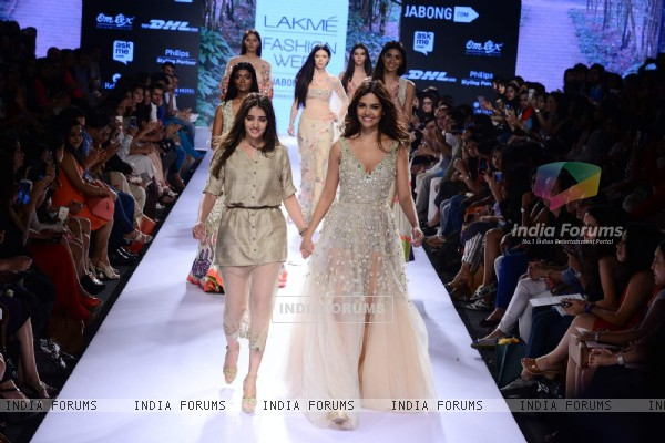Esha Gupta walks for Arpita Mehta at Lakme Fashion Week 2015 Day 4