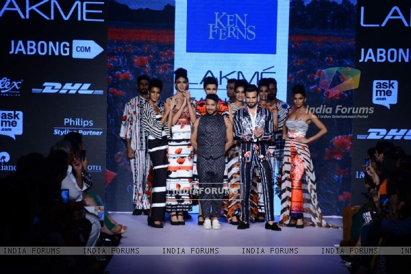 Karan Tacker walks for Ken Ferns at Lakme Fashion Week 2015 Day 4