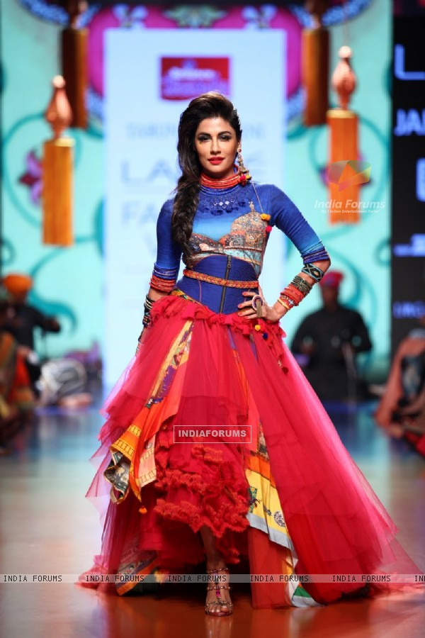 Chitrangda Singh walks for Tarun Tahiliani at the Grand Finale of Lakme Fashion Week 2015
