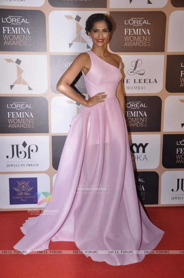 Sonam Kapoor poses for the media at L'Oreal Paris Femina Women Awards 2015